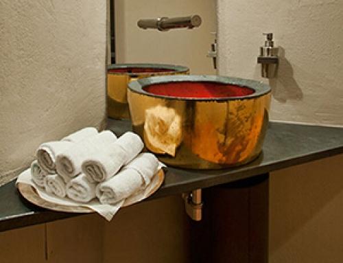 Raffinate combinazioni di piastrelle e arredo bagno per ambienti unici